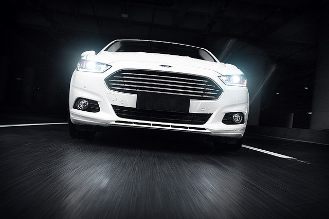 """与上代车型相比,新蒙迪欧滤去了几分以往的""""原始""""与直接,而更倾向于提供更出色的舒适性与质感,以往那种直接干脆的车头指向性,敏捷的入弯反应有所减弱,通过手中的方向盘,车头重量似乎比起以往稍有增加,而不再像以往那般轻盈。"""