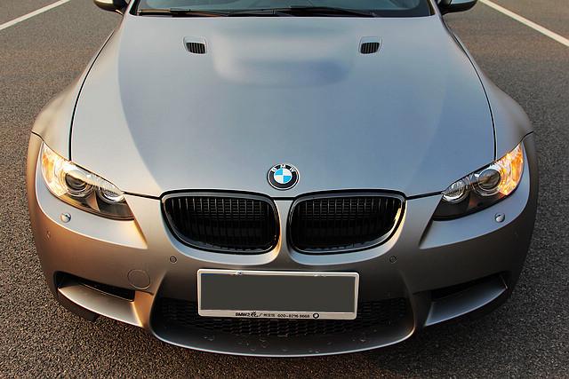 磨砂特别版在普通金属漆底涂层之上加入了一种特殊的BMW ColorSystem丝滑亚光透明涂层,与普通的亮面金属漆相比,灰色的哑光车身尽管低调,但由于没有了车身反光的干扰,反而更能将M3紧致与动感的诱人线条充分展现在我的眼前。
