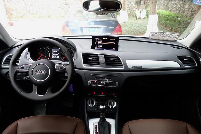 国产Q3的内饰依旧是标准的奥迪式风格,保持着一贯顺手好用的特点与高品质的装配工艺,视野也因车身的加高而明显改善。