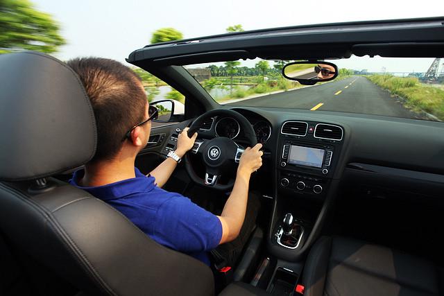 高尔夫GTI敞篷版带给驾驶者的操控感,也同样呈现出那种从容不迫的雅痞风。GTI敞篷版的方向并不快,但它也并不会让你感到拖沓,尽管车重比起硬顶车型重 了将近100千克,但这些额外的负担并没有在实际的驾驶当中明显体现出来,车头的指向并没有手起刀落的快,却有着指哪打哪的准。