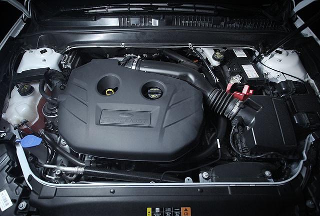新一代蒙迪欧的顺滑与细腻感在其实际操控当中也有着明显的体现。发动机还是那台我们熟悉的2.0升Ecoboost发动机,其运转顺滑程度并未臻上乘,刻意 将发动机提升至4500-5000转以上的话,你还是能感觉到其声浪有点嘶哑与粗糙,但传入车内之后,那种粗糙便像已被高标号的砂纸打磨过了一般,听起来 会顺滑了许多