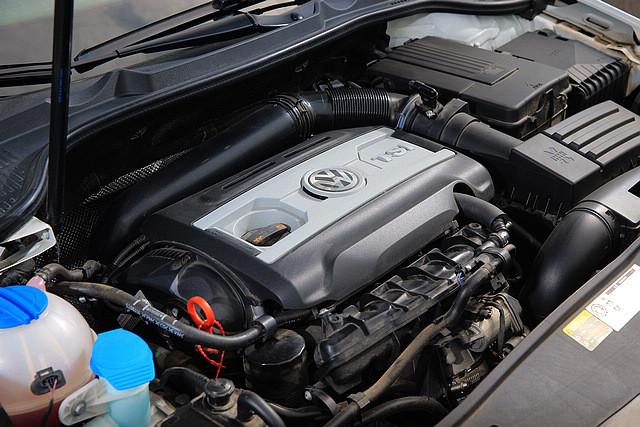 相 比普通版本的高尔夫敞篷版所采用的1.4升双增压发动机,GTI敞篷无疑在动力上有着更为强横的表现,比起国产版本的200Ps最大马力,进口的GTI敞 篷所采用的EA888发动机在最大马力方面也有11Ps的优势,来到211Ps/5300-6200rpm,而最大马力则和国产GTI一样为280Nm /1700-5200rpm。