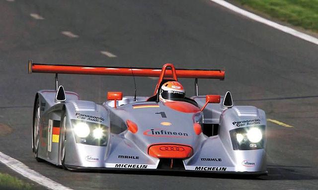R8作为奥迪的唯一量产超跑,最早应该追溯到2000年到2002年间以R8赛车完成的首次Le Mans勒芒 24小时耐久赛三连霸的R8赛车,也是从那时起,奥迪想要打造纯种超跑的想法才愈发强烈。