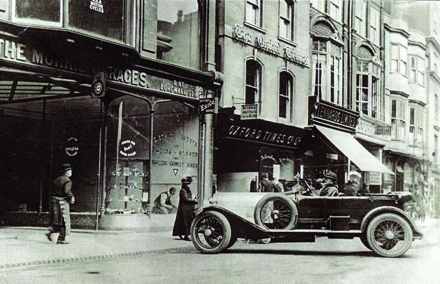 Morris Garages位于Oxford牛津市Queen Street的展示中心。