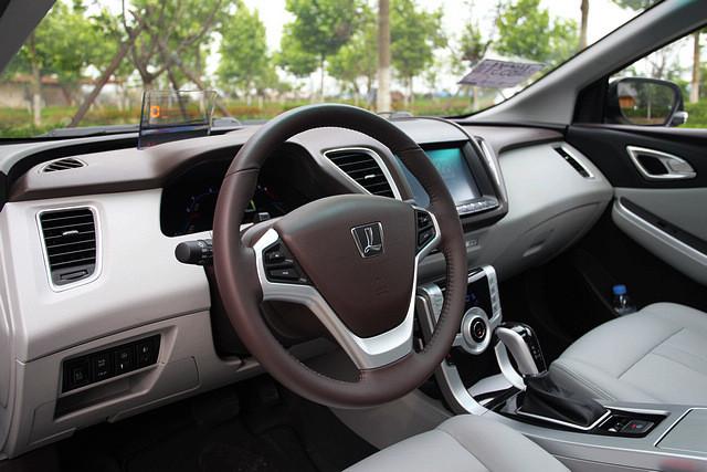 无论是整个T字型中控台还是门板的上方,纳智捷5都采用了大面积的硬质塑料,这让车厢内部的质感大打折扣。