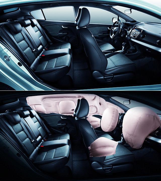 Insight的轴距为2,550mm,后排空间虽不算充裕,但仍属够用,较为平整的地板也为后排乘客,特别是后排中间位置的乘客提供了较好的腿部空间。标配的四气囊加上两侧气帘能为全车乘客提供更为周全的安全保障。