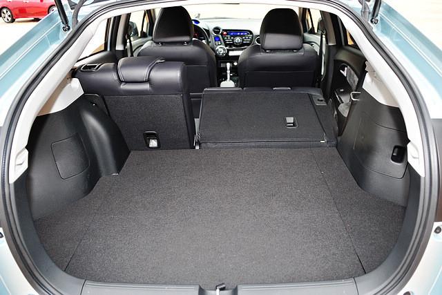 Insight的尾箱地台较高,行李箱容积只有367升,但五门掀背式设计,以及相当平整方正的行李箱地板让其尾部行李空间的利用率相当高,同时后排座椅可以进行四六分割并完全放倒,储物空间大为提升。