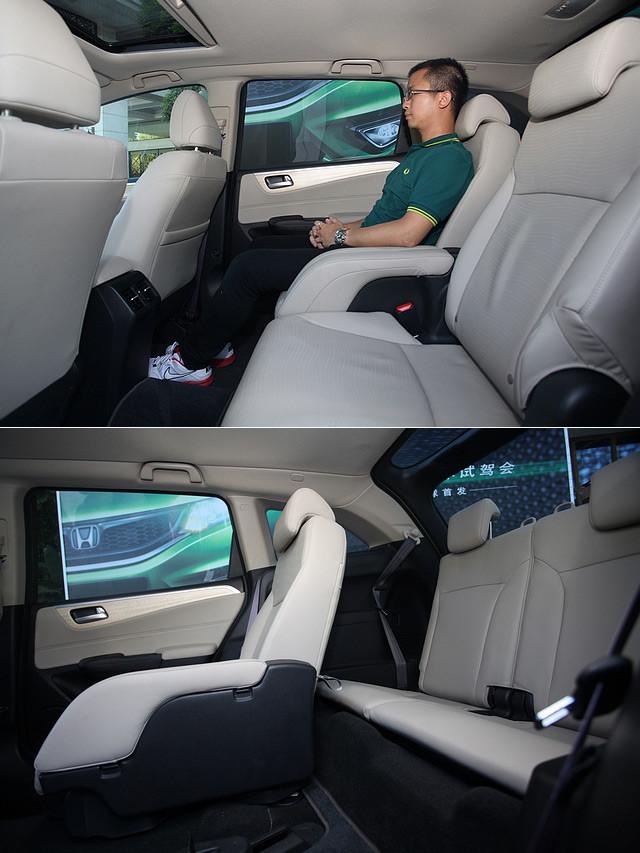 当第二排座椅移至最后位置时,V型滑轨使座椅巧妙地避开了车尾两侧的轮拱,让第二排乘客获得了最大的腿部空间,而此时三排座椅已经不具备让成年人乘坐的空间。