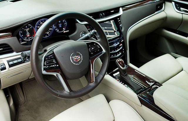 XTS是一台开起来能让人感到愉悦的车。这种愉悦感并不是说它有多强的操控乐趣,而是舒适自然的坐姿加上流畅的操控以及以及车内氛围所带给你轻松无压力的愉悦感。