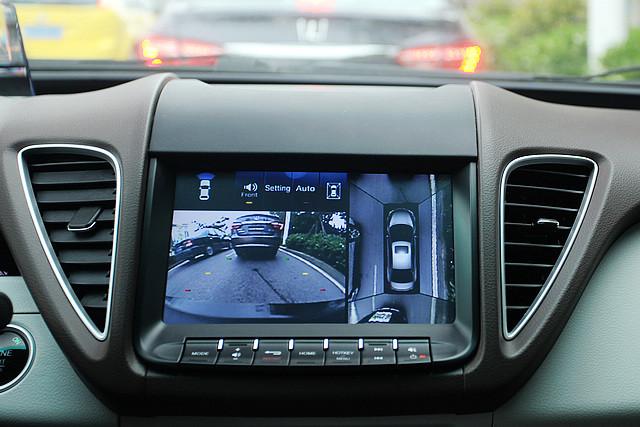 Active Eagle View+360式全景影像系统在时速20公里以下启用,除了可以显示四周影像之外,驾驶者也可透过触摸屏自行选择其中一个方向的影像,同时,如果车辆侦测到周边障碍物过于靠近,也会自动切换到距离障碍物最近那个方向的影像。