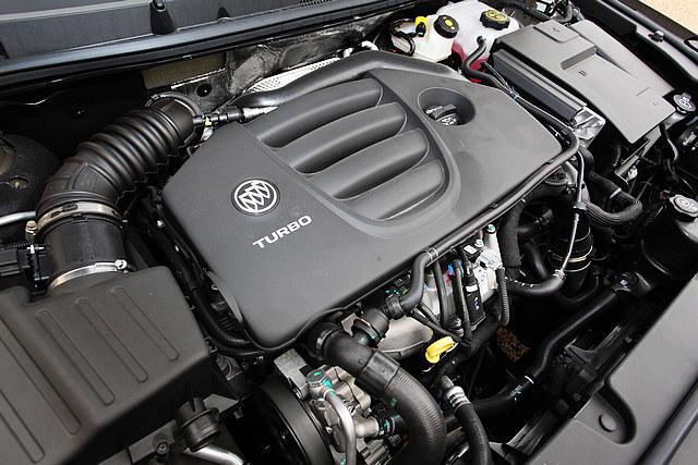 新君越2.0T车型搭载的是一台全新的2.0升直列四缸SIDI直喷涡轮增压发动机,早前引进国内市场的凯迪拉克XTS 28T车型也有搭载。其最大马力为254Ps/5300rpm,峰值扭矩为350N.m/2000-5000rpm,比起改款前,在缸内直喷与双涡流技术 的加持下,新君越的最大马力有34Ps的提升。