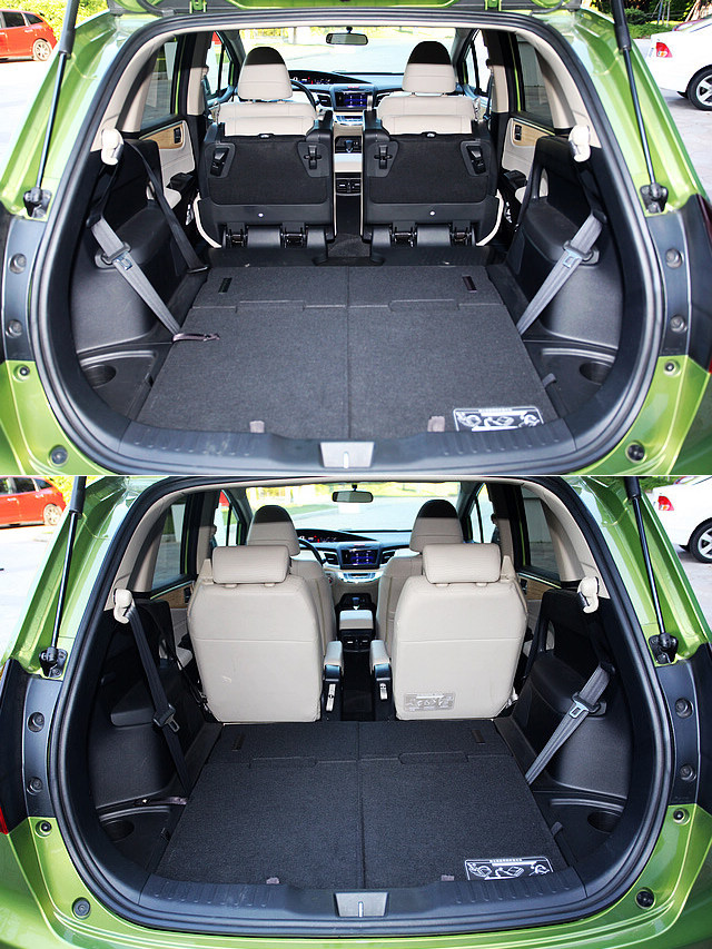 座椅折叠方面,杰德延续了本田车型一向以来的简单易用,无论是第二排还是第三排座椅,都能相当简便的进行折叠或是展开,第三排座椅折叠后则能完全收纳在地板下方,形成完全平整的平台。不过当第三排座椅展开后,行李空间则所剩无几,基本上只能放下双肩包等物品,登机箱已经无法放入。