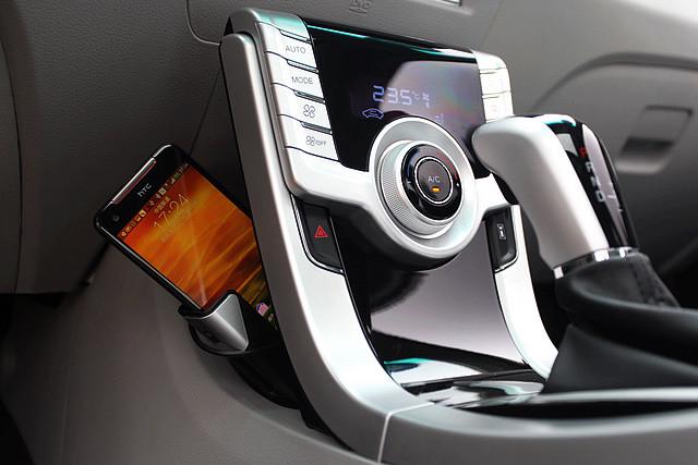在悬浮式中控台的后方,厂方特意设计了收放式的手机支架,让车主可以更妥善的安置自己的手机。
