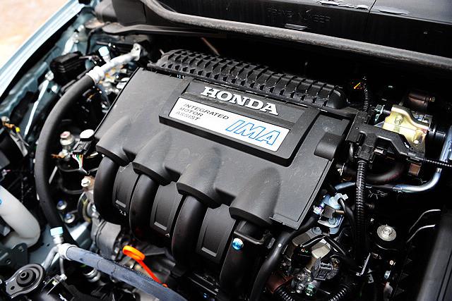 Insight 的内燃机部分采用的是1.3升直列四缸自然吸气发动机,搭载了i-VTEC、I-DSI智能双火花塞顺序点火系统等本田拿手的发动机技术,同时,VCM可 变气缸管理系统也被Insight所采用。这台1.3升发动机能够输出88ps最大马力以及在121rpm时输出121Nm峰值扭矩。超薄型无刷直流电机 与镍氢电池组则作为Insight的辅助动力系统,电动机位于发动机与CVT变速箱之间,能够输出14ps/1000rpm最大马力与78Nm /1000rpm峰值扭矩,两者配合其最大马力可以输出98ps,峰值扭矩则为167Nm。