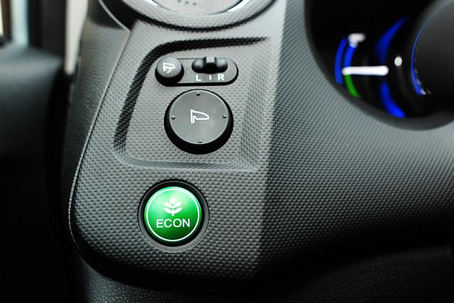 仪表板左侧设有绿色ECON按钮,驾驶者可以开启智能绿色节能辅助系统,ECON智能绿色节能辅助系统,整合了发动机输出控制、变速箱逻辑、气缸管理和自动启停等功能。