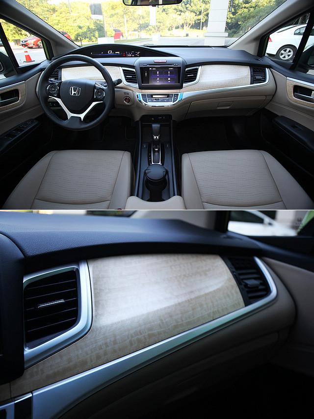 进入杰德的车内,首先抓住我眼球的便是大面积的米白色仿木饰板,呈现清新的日式家居风。尽管只是仿木饰板,但米白配色加上自然纹路配合起来,使其整体观感不落俗套,同时顿时提升了车厢内部的质感。