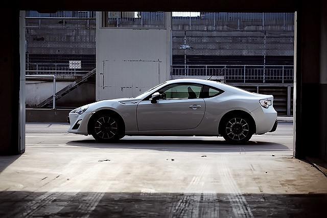 丰田所打造出来的,是一副重心低、平衡性与宽容度出色的好底盘、充满乐趣的前置后驱布局,其实丰田只造出了半辆车,剩下的部分,则交给了未来的车主去作进一步的强化。