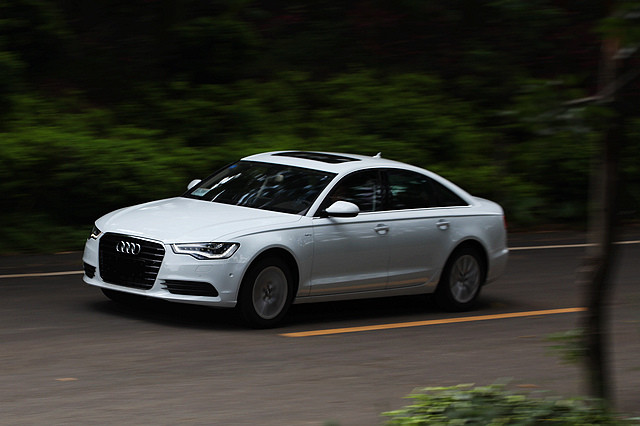 除了轴距和重量所导致的差异以外,A6 Hybrid整体的驾驶感与普通A6L并没有多少区别,呈现出来的都是奥迪一贯的那种轻松与淡然自得,而并不去可以追求很强烈的沟通感与操控性。