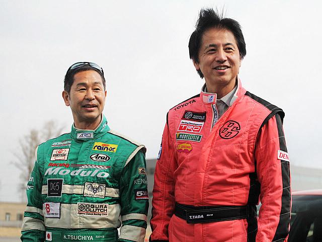 """丰田86开发过程中的两位灵魂人物:""""漂移之王""""土屋圭市(左)和丰田86项目总工程师多田哲哉(右)都来到了丰田86媒体体验现场,为新车宣传助阵。"""