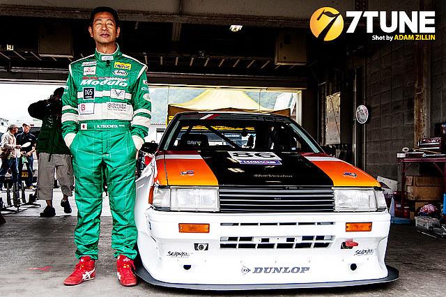 正是AE86这款车让其以别具一格的漂移过弯技术,在1984年的日本富士新人赛上取得六连胜的出色战绩并崭露头角,也正是这款车,让在顶级赛车比赛中并没有获得过冠军光环的土屋圭市,在漂移世界中不断以娴熟的技艺,炫目的表演,奠定了其漂移之王的地位。
