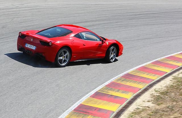 虽然高尔夫GTI于第六代版本所搭载的XDS横向防滑差速锁以及新福克斯ST所采用的eTVC扭矩分配控制系统能提升过弯性能,但相较于后驱超跑如458 Italia所采用的电子差速器(E-Diff)与牵引力控制系统(F1-Trac)等控制软件相比,XDS及eTVC的技术含量又似乎拿不上台面。