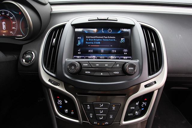 位于中控台的8英寸高清触摸式显示屏可谓这套IntelliLink系统的核心所在,配合灵敏的触控触摸屏,驾驶者能够在短时间内对全新君越11大类共计83项功能进行初始化设置。