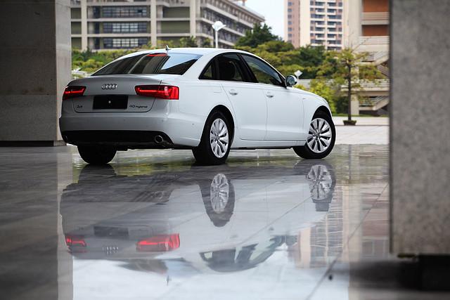 从车型名称上也能看出来,引进国内的A6 Hybrid属于标准轴距版本,与由一汽奥迪生产的A6L相比,2,922mm的轴距足足要短了90mm。