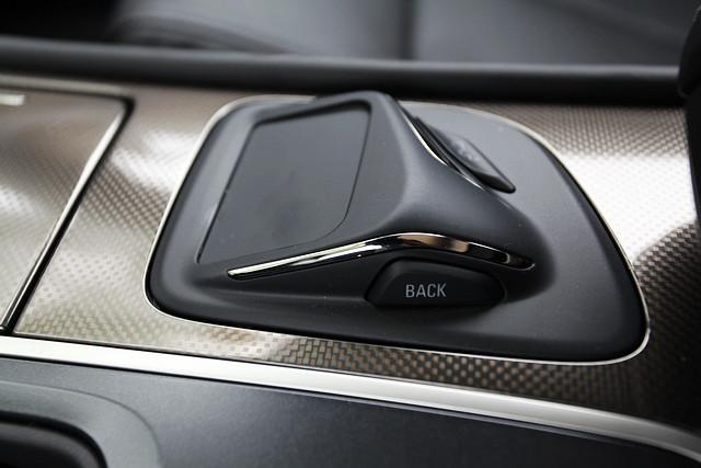 在驾驶者右侧、中央扶手的前方,厂方还设置了Multi-Touch触摸式独立手写输入板。