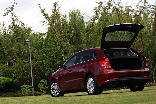 中国的消费者是贪心的,他们既想拥有Hatchback的时尚外观、又想如Sedan一般,不用放到后排就能拥有更宽大便利的行李空间,空间甚至最好能和Wagon一样大。