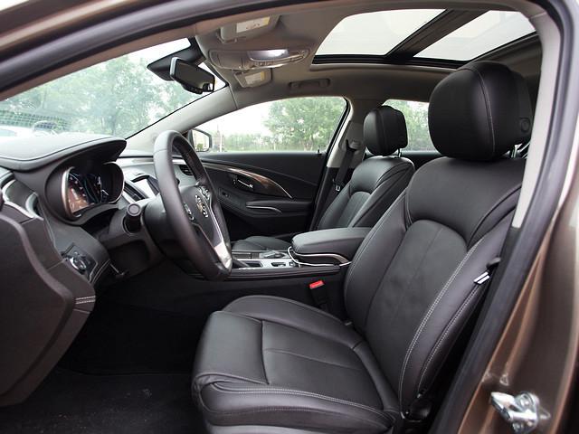 汽车压线或跑偏时,车道偏离警示系统通过仪表显示橙色报警图标,配合声音报警或座椅震动给出警告,偏向哪一侧,座椅则会在相应方向上进行震动提醒。震动主要在驾驶者座椅的臀部位置产生,如果我在变线之前没有打转向灯的话,系统便会自动通过震动提醒。