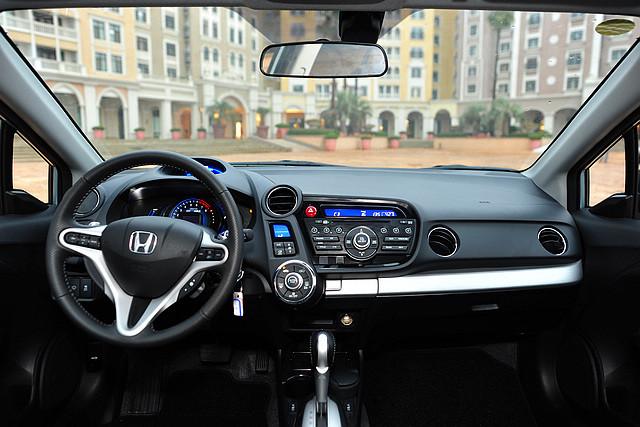 Insight的内饰整体呈现简约风格,以简单易用为设计主轴,中控台布局延续了本田思域等车型上呈现的Multiplex多层横向布局。