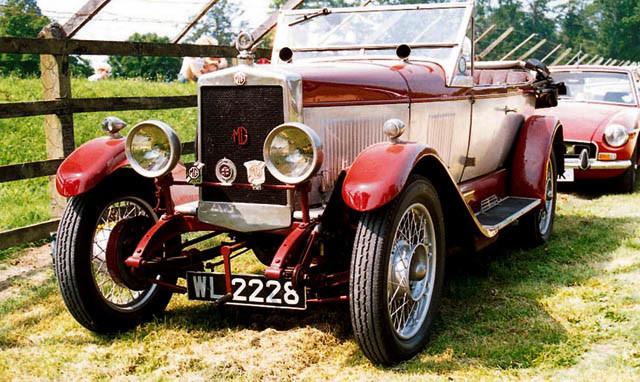 1924年,由Kimber先生设计、Morris Garages生产的第一款MG汽车:14/28车型。
