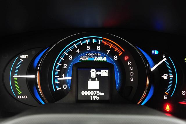 在传统的仪表区,转速表占据了视觉的中心,而转速表中心设置的小型显示屏则能够展现目前混合动力系统的运转情况、剩余行驶里程等等车辆信息。转速表两侧的指针则能分别显示油量,以及电动机是处于辅助运转或是充电状态。