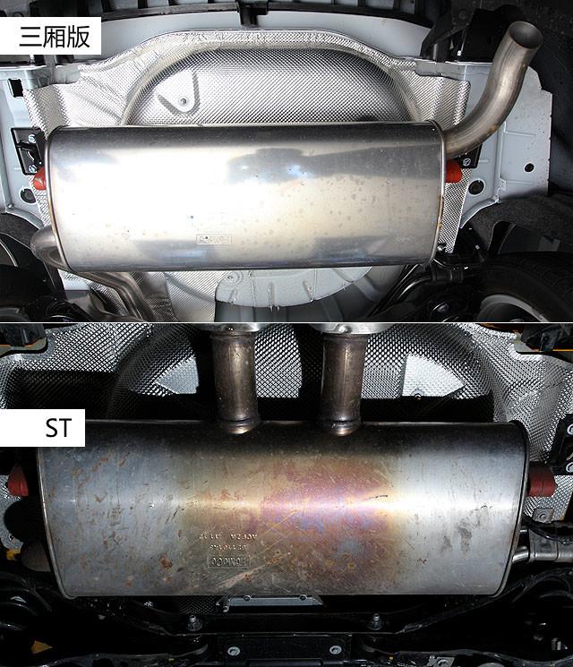 从排气管尾段的消音器尾端可以清楚的看到ST两个独立分出的排气尾管,只不过在金属镀铬的美化装饰下,从外面看ST的排气口是一个整体式结构。而普通版本则是从消音器右侧端流出排气尾管,没有多余的修饰,看起来着实单调。