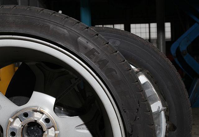 搭配在ST脚上的固特异Eagle F1系列轮胎,235/40 R18 的规格设定,也让其可以尽情与车身齐头并进,所以将其与我们对比版本的205/60 R16 规格轮胎放在一起,吸引力无需多言。