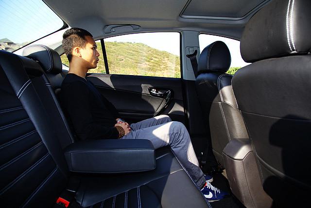 V5菱致在车内空间的表现仍属理想,170cm的乘客进入后排,膝部、头部空间空间都相当充裕,而后排足够长的座垫也让乘客的大腿得到足够的承托。