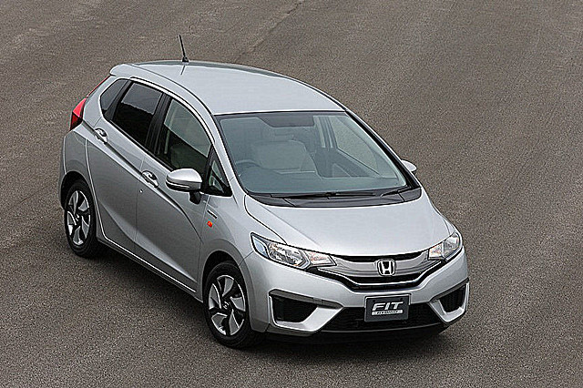 2014-Honda-Fit-Jazz-57[2]