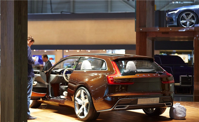 volvo-concept-estate-shows-up-at-geneva-live-photos_1