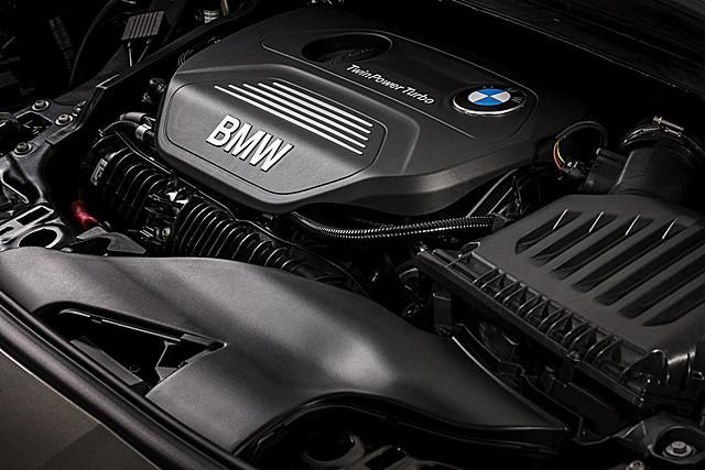 Motorraum des BMW 225i Active Tourer mit quer eingebautem Motor.