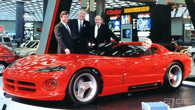 1989-Dodge-Viper-RT-10-Concept-Car-at-NAIAS-in-Detroit_-w-Gale_-Shelby_-Castaing_-Lutz-fvl