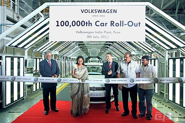 Volkswagen-India-rolls-out-the-100000th-Vento-car-from-its-Chakan-plant-pune_副本