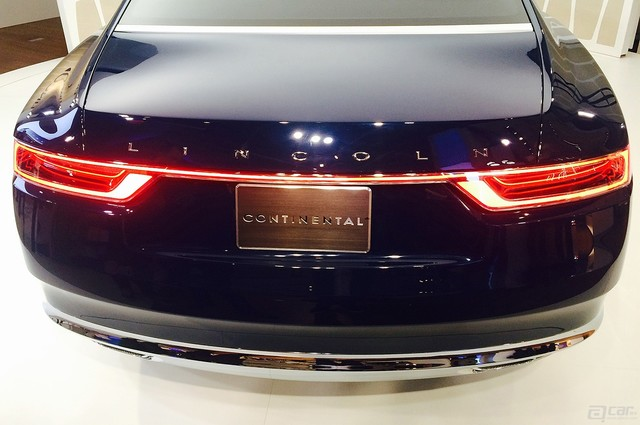 lincoln-continental-concept-live-reveal-rear-light-bank