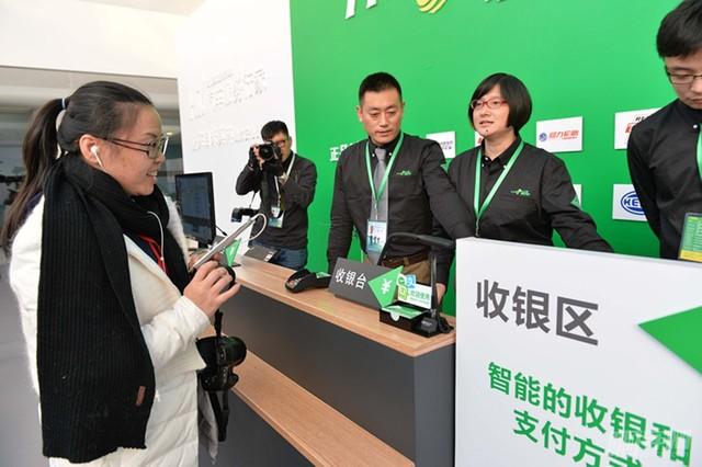 图4 媒体记者在驰加2.0体验中心试用新门店收银台的支付新方式_副本