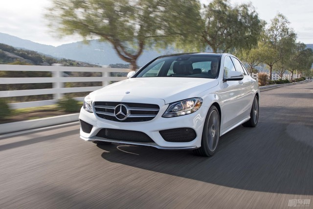2017-Mercedes-Benz-C300-front-three-quarter-in-motion-03