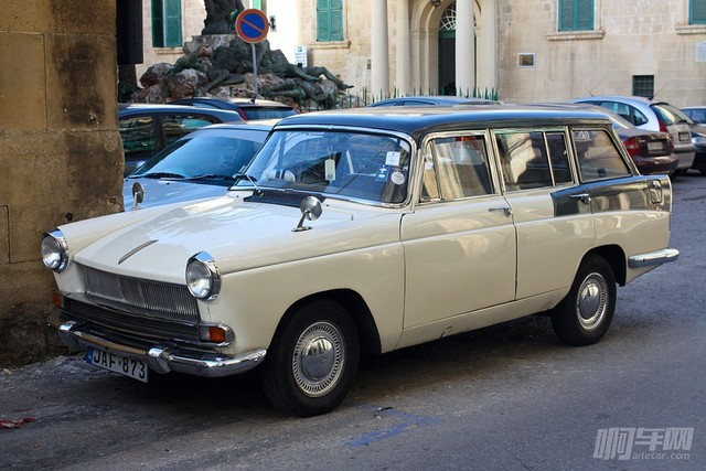 1024px-A_Car_in_La_Valletta