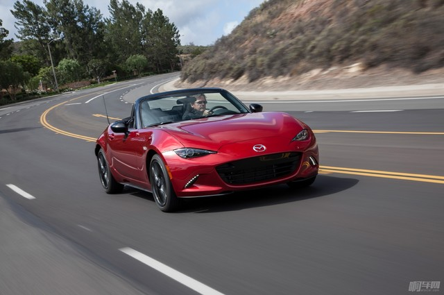 2016-Mazda-MX-5-Miata-around-curve