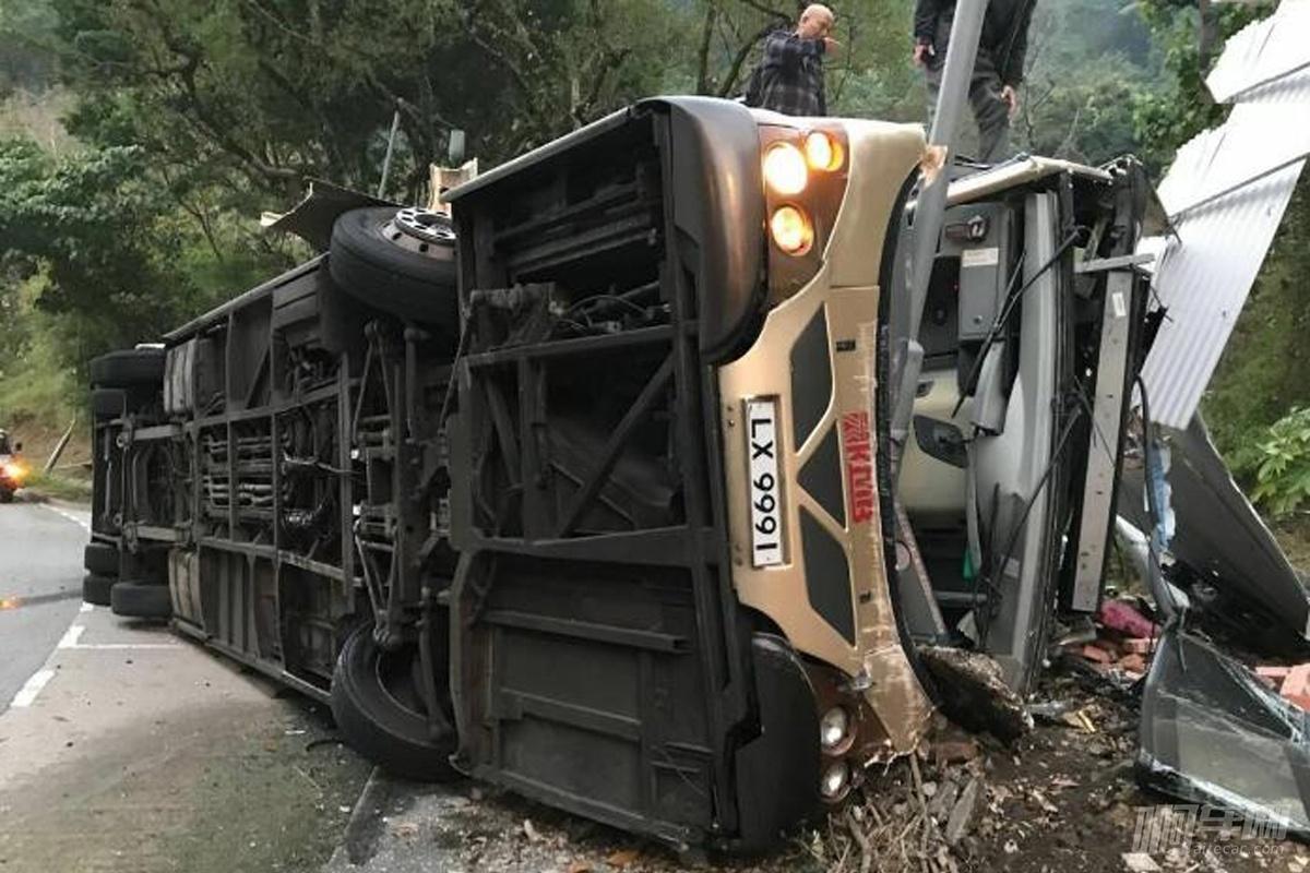 香港大巴事故已致19人死亡,有港媒称司机首次驾驶该路线