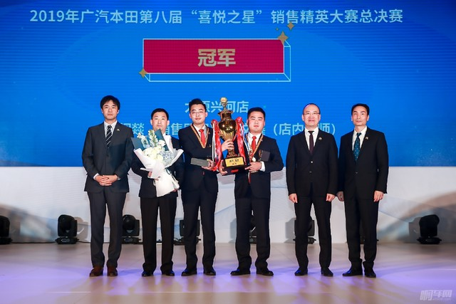 總決賽冠軍 太原興河店 銷售顧問閻燚 與 店內講師楊文鑫